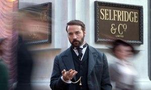 Jeremy Pived como Harry Selfridge.